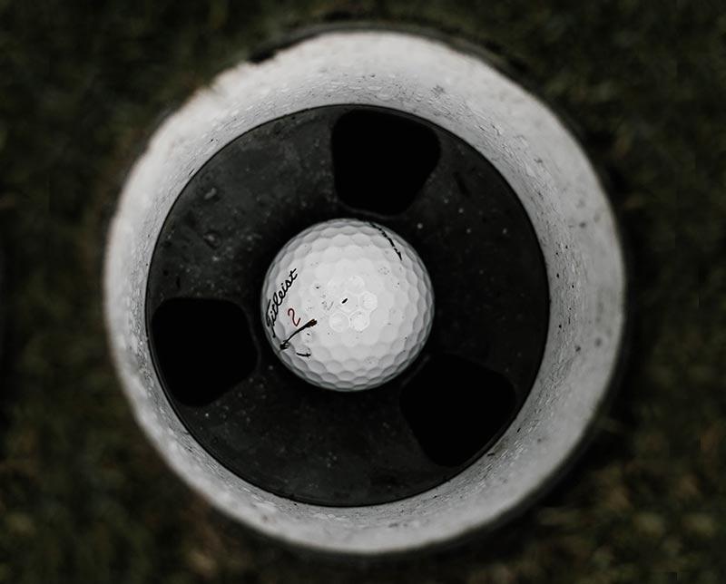 golfbal in het doel